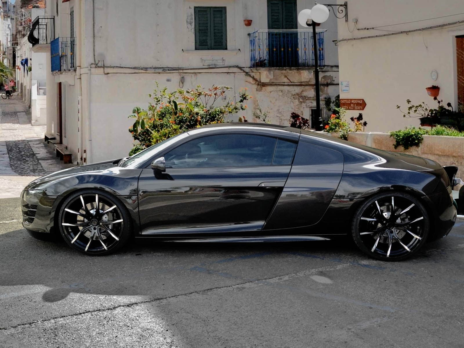 CustomMono-102 on the 2013 Audi R8.
