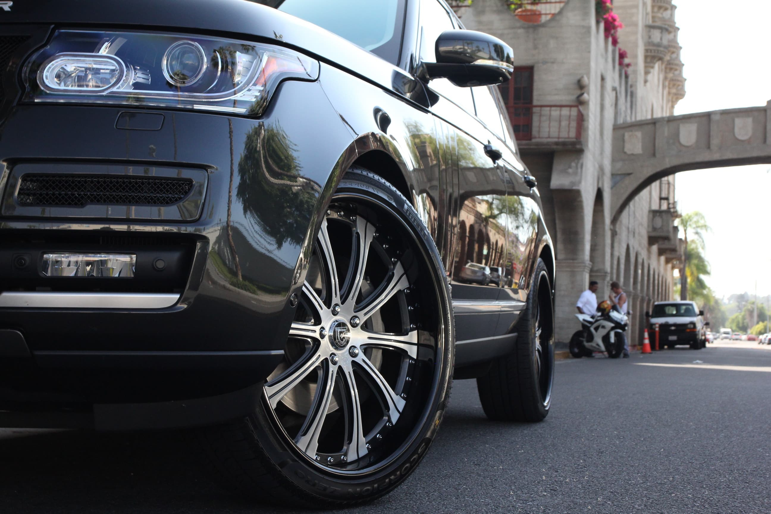 The 2013 Range Rover with machine face and black LR-707 24