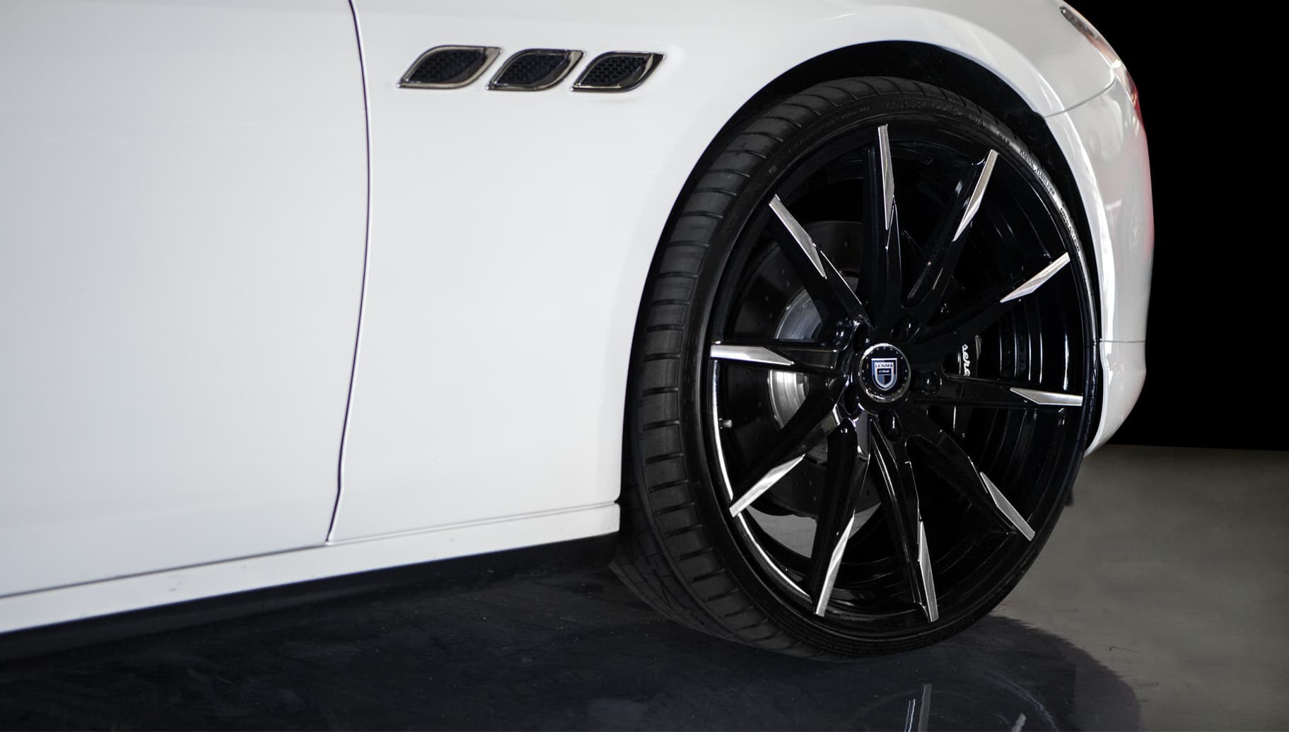 Machined and Black CSS-15 on the 2014 Maserati Quattroporte.