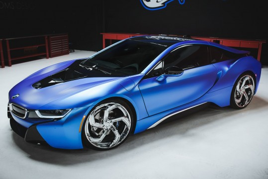 Blue BMW i8 on LZ-761
