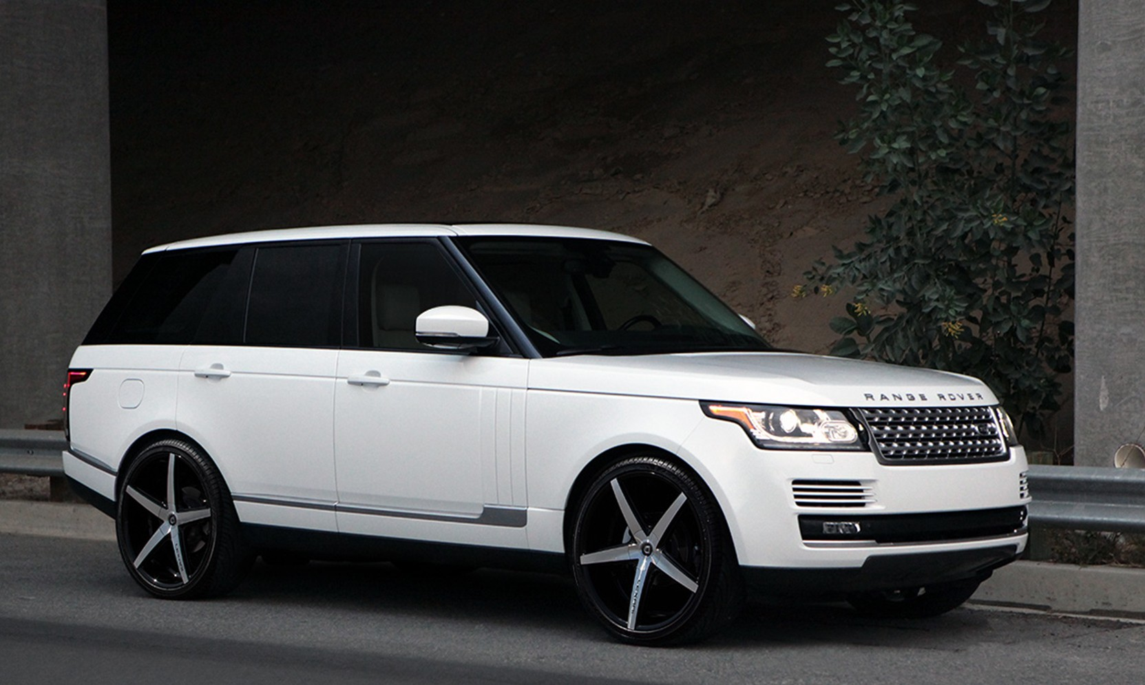 Machine R-Four on Range Rover